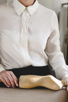 Шелковая блуза с планкой-твистом пудровая
