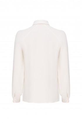 Шелковая блуза с диагональными рельефами молочная