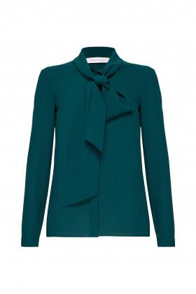 Шёлковая блуза с воротником-бантом зеленая