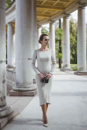 Платье-футляр с шестигранным декольте и подолом жемчужное