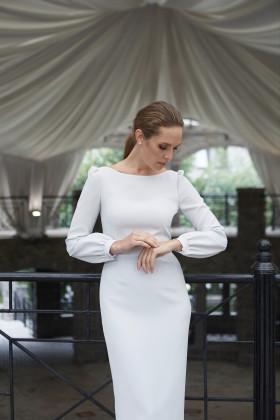 Платье-футляр с вырезом-лодочкой и манжетами