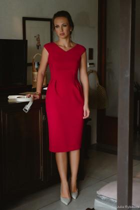 Платье-футляр с V-образным вырезом и коротким рукавом красное