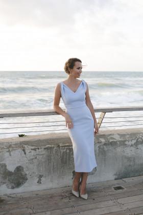 Платье-футляр с драпированными бретелями голубое
