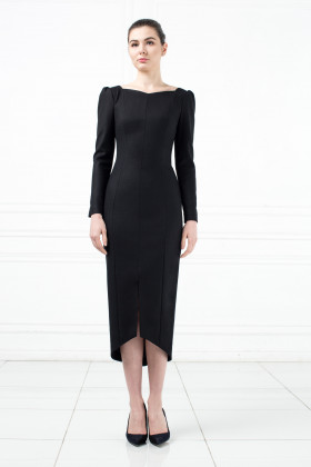 Платье-футляр с шестигранным декольте и подолом черное