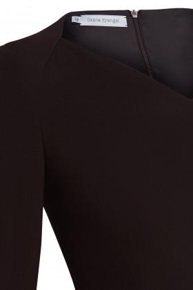 Платье-футляр с вырезом галочкой коричневое