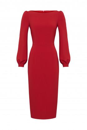 Платье-футляр с вырезом-лодочкой и манжетами красное