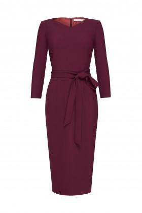 Платье-футляр с вырезом галочкой бордовое
