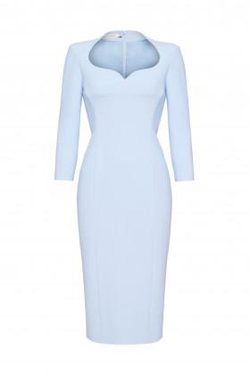 Платье-футляр с фигурным декольте голубое