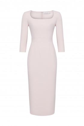 Платье-футляр с глубоким вырезом-каре кремовое