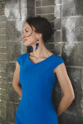 Платье-футляр с V-образным вырезом и рукавами-крылышками синее
