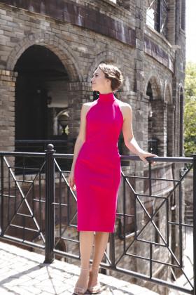 Платье-водолазка без рукава цвета фуксия