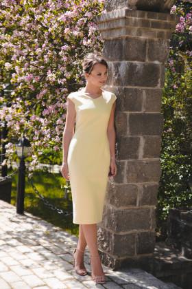 Платье-футляр с V-образным вырезом и рукавами-крылышками желтое