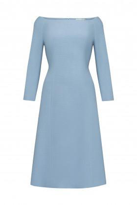 Расклешенное платье с открытыми плечами