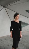 Платье-футляр с асимметричным вырезом черное