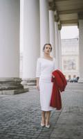 Платье-футляр с асимметричным вырезом белое