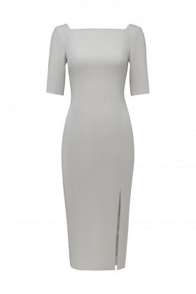 Платье-футляр с вырезом каре и разрезом спереди бежевое