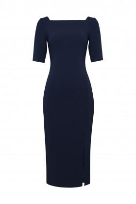 Платье-футляр с вырезом каре и разрезом спереди