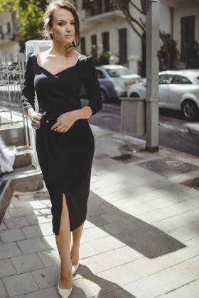 Платье-футляр с декольте и разрезом спереди черное